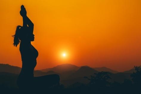 yoga tramonto freepik